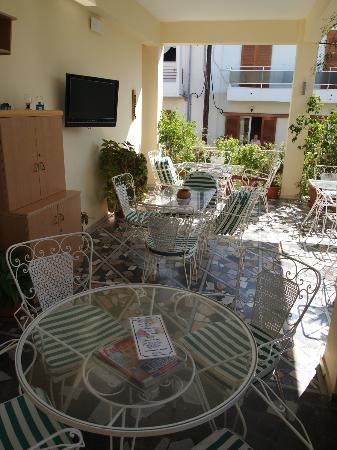 Hotel Sonia: Terasse für Frühstück und Entspannung