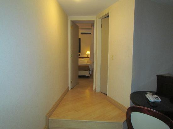 Paulista Wall Street Suites : Pasillo a dormitorio y baño