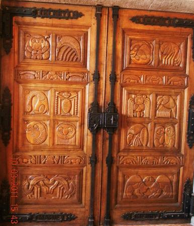 Chateau de la Napoule / Musee Henry-Clews: Très belle porte en bois sculptée.