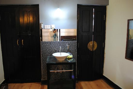 Ambassador Garden Home: ingresso e bagno