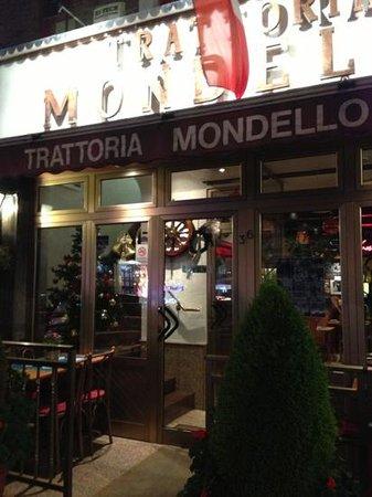 Mondello: Extremely good atmosphere in this familyrestaurant