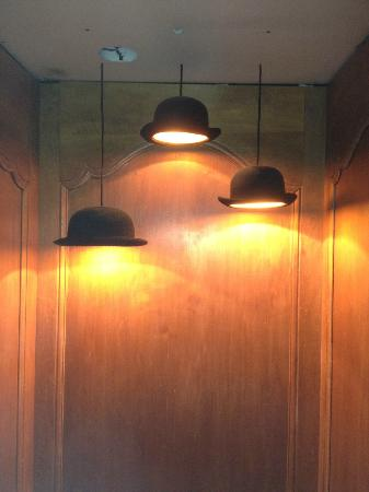 Hotel Chateaubriand: Neat touch in lift - bowler hat lighting