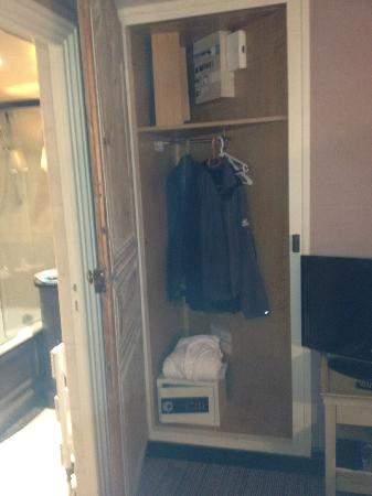 Hotel Chateaubriand: Tiny closet