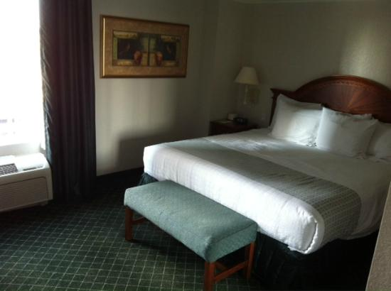 La Quinta Inn & Suites San Antonio Riverwalk : Comfy King Bed