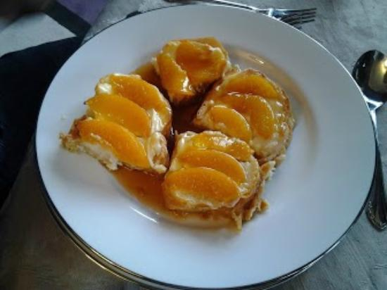 Twin Pine Manor Bed & Breakfast: French Toast w/sweet cream cheese & peaches w/maple syrup