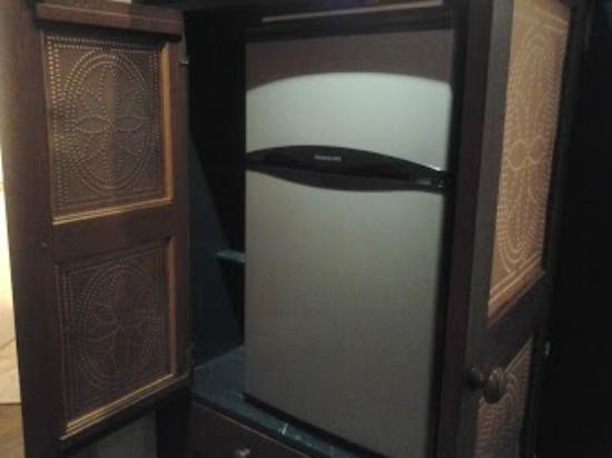 Twin Pine Manor Bed & Breakfast: Fridge in Kitchenette
