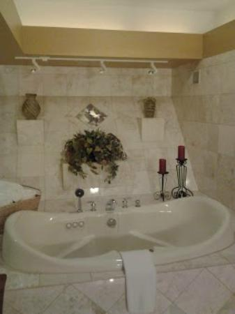Twin Pine Manor Bed & Breakfast: Jacuzzi Tub