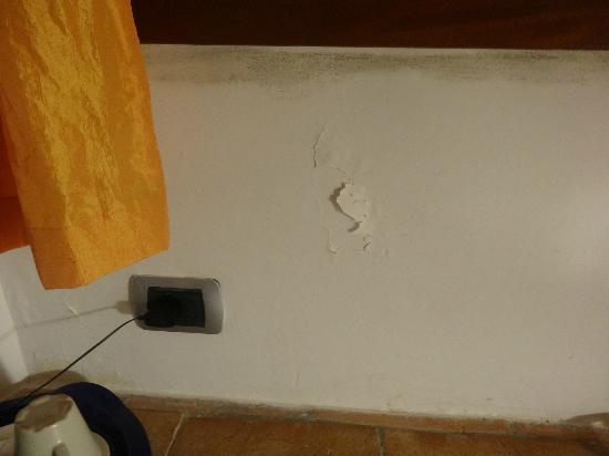 Residenza Domizia: muro con crepa di vernice