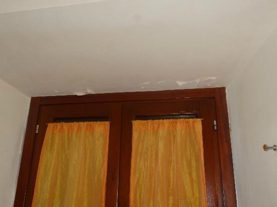 Residenza Domizia: crepa di vernice nel bagno