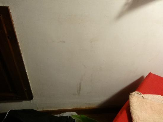 Residenza Domizia: muro sporco