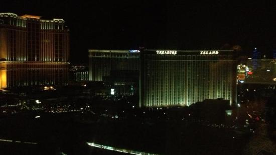 Trump International Hotel Las Vegas: view from jacuzzi tub at night