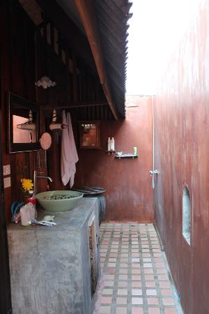 BaanBooLOo Traditional Thai Guest House: Outdoor bathroom and shower (Bao Sao Suite)