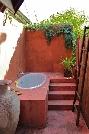 BaanBooLOo Traditional Thai Guest House: Outdoor tub in Bao Sao Suite