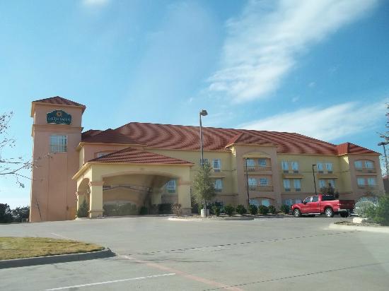 La Quinta Inn & Suites Glen Rose: Hotel Exterior