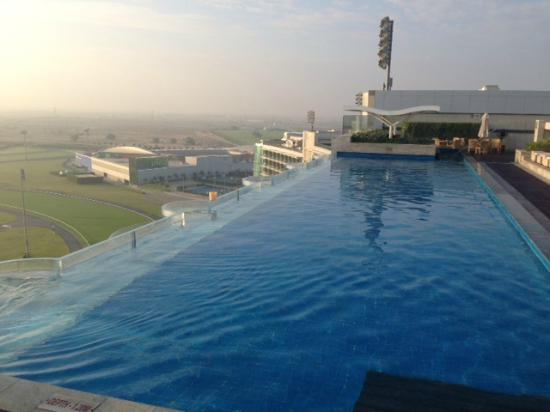 The Meydan Hotel: piscina