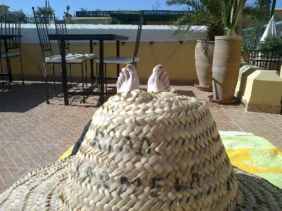 Riad Karmela: Les pieds au soleil sur la terrasse!