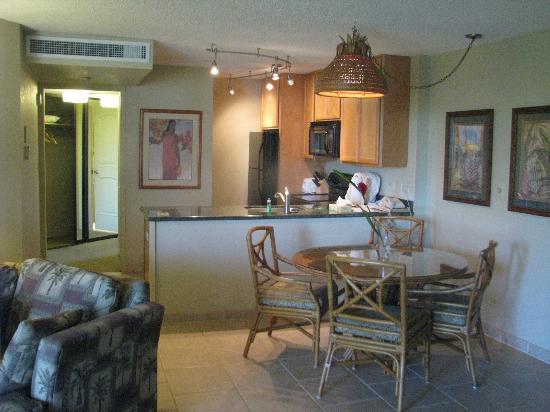 Aston Kaanapali Shores: Kitchen and dining area 
