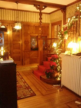 Candlelight Inn : Entry way decorated for Christmas
