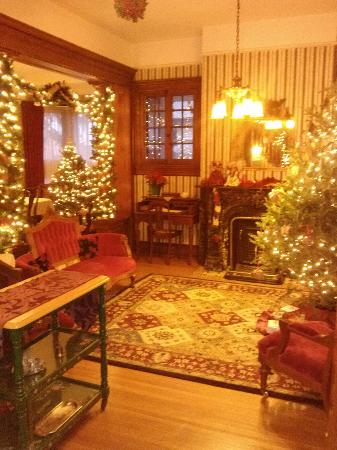 Candlelight Inn : Parlor decorated for Christmas