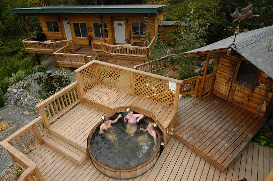 Bear Creek Winery and Lodging: cedar hot tub with suites in the background