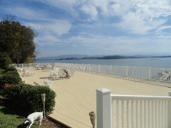 Mountain Harbor Inn Resort On the Lake: Lower Common Area Deck with Firepit for Smoores 