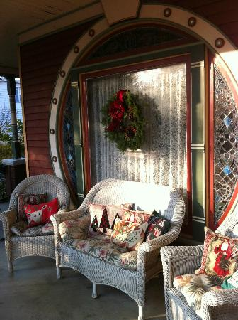 Grand Avenue Bed and Breakfast: front porch at Christmas