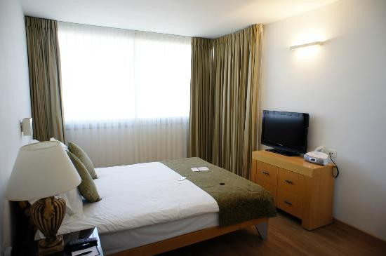 Orchid Tel Aviv: Suite bedroom and TV