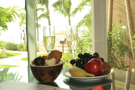 Sandals Royal Bahamian Spa Resort & Offshore Island: Chocolate covered fruit and champagne from our butler