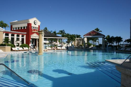 Sandals Royal Bahamian Spa Resort & Offshore Island: Swim up pool bar!