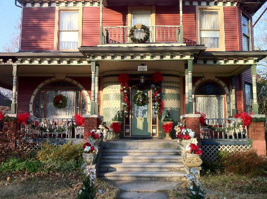 Grand Avenue Bed and Breakfast: decorated for Christmas