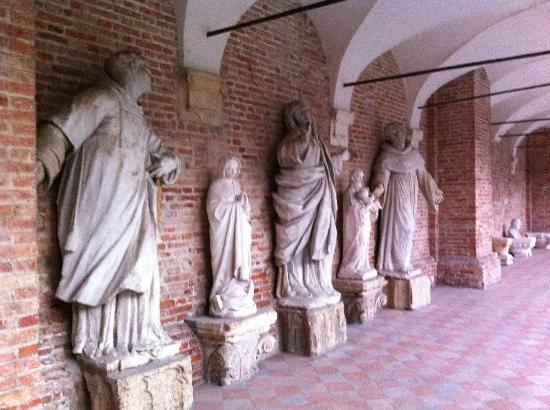 Chiesa di San Lorenzo: Le bellissime statue che adornano il cortile