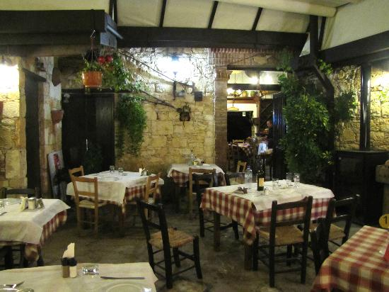 Lofou Agrovino: The taverna's dining room