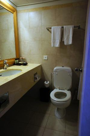 Herods Tel Aviv: Dated-looking bathroom