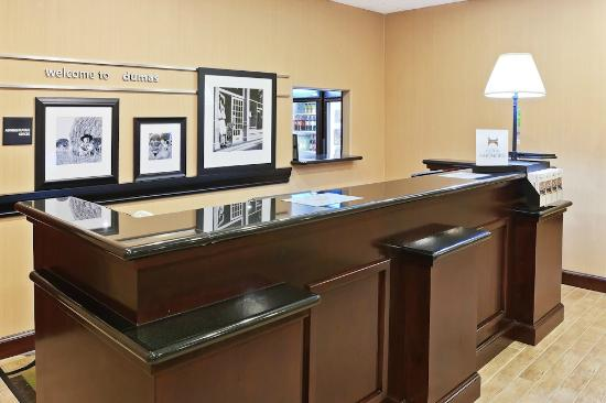 Hampton Inn & Suites Dumas: front desk and lobby