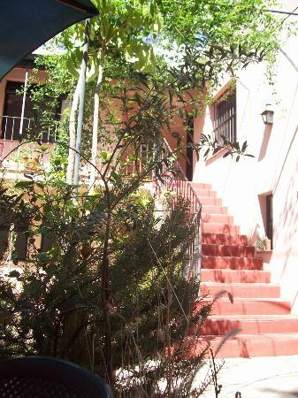 Posada de la Flor: Patio de la Posada y escaleras