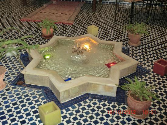 Riad Dar Tafilalet: fuente del patio del riad