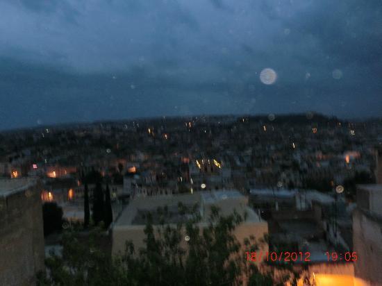 Riad Dar Tafilalet: desde terraza riad vemos caer la noche en la medina