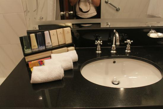 Marco Polo Hongkong Hotel: Room 1432 - shampoo and lotion bottles