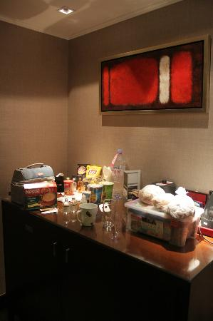 Marco Polo Hongkong Hotel: Room 1432 - mini pantry and walk-in closet
