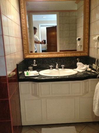 Subic Bay Venezia Hotel: Bathroom