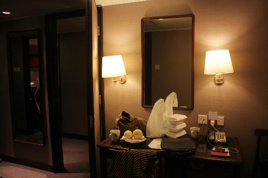 Marco Polo Hongkong Hotel: Room 1432 - desk