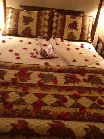 Wine Country Inn & Cottages: Rose petals on the bed