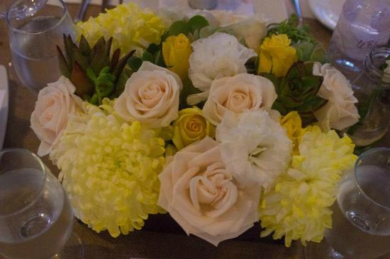 Le Reve Hotel & Spa: Table flowers