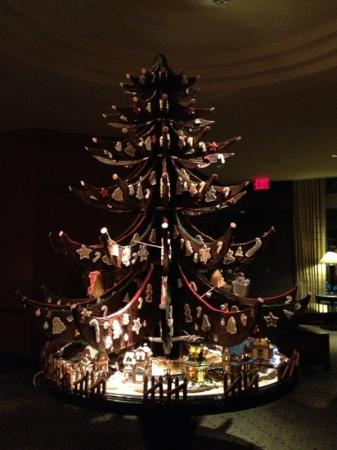 The Ritz-Carlton New York, Battery Park: Beautiful gingerbread Christmas tree in lobby. Pastry chef & team are exceptionally talented!