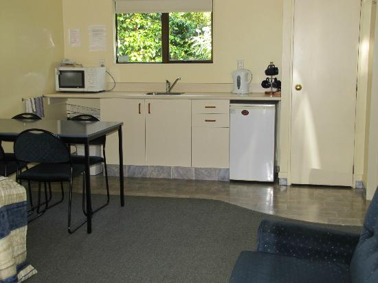 Amber Court Motel: Kitchen in a one bedroom unit