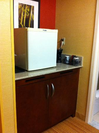 Courtyard Indianapolis Carmel: Fridge across from sink in king room