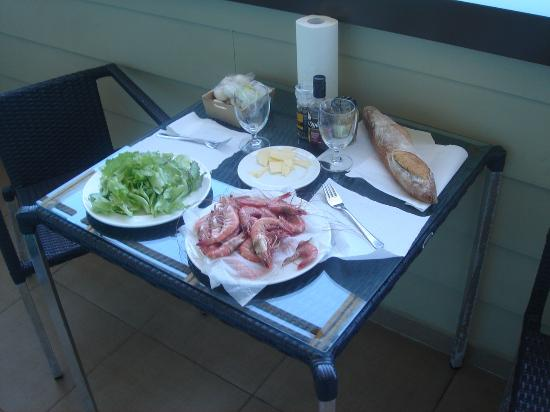 Le Lagon Hotel: How to prepare lunch on you balcony!