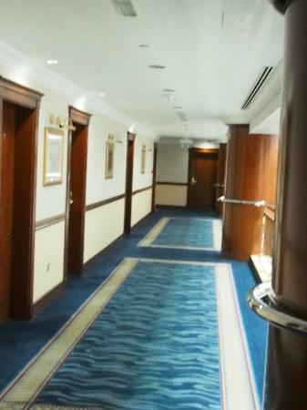 Grand Excelsior Hotel Bur Dubai: Bright Hallway outside rooms