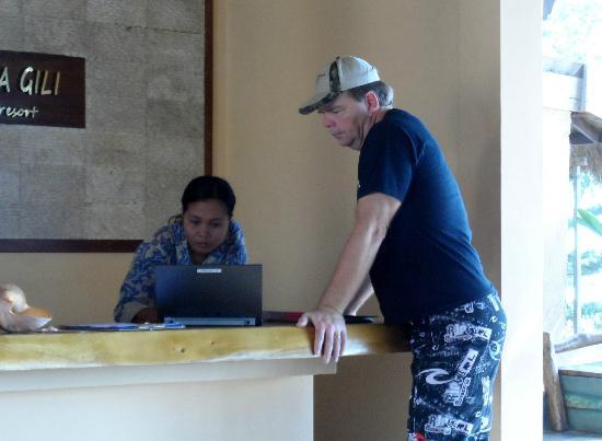 Laguna Gili Beach Resort: Staff is helping Roger with something .. very nice