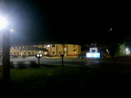 Baymont Inn & Suites Waterloo: Motel and Pool area